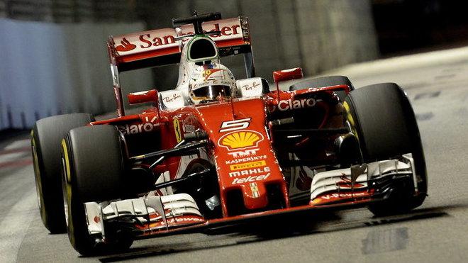 Sebastian Vettel s Ferrari v Singapuru skončil po startu z posledního místa pátý