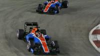 Pascal Wehrlein a Esteban Ocon v závodě v Singapuru