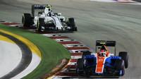 Esteban Ocon a Valtteri Bottas v závodě v Singapuru