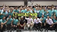 Hromadná fotografie týmu Mercedes po úspěšném víkendu v Singapuru