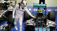 Lewis Hamilton gratuluje Nicovi Rosbergovi po závodě v Singapuru