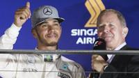 Lewis Hamilton v rozhovoru s Martinem Brundlem na pódiu po závodě v Singapuru