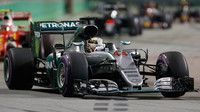 Lewis Hamilton v závodě v Singapuru
