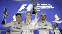 Nico Rosberg a Lewis Hamilton na pódiu po závodě v Singapuru