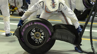 Mechani Williamsu připravuje ultra-měkkou pneumatiku v závodě v Singapuru