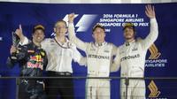 Nejlepší piloti na pódiu po závodě v Singapuru