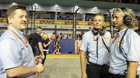 Paul Hembery se svými kolegy před závodem v Singapuru