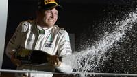 Nico Rosberg se raduje z vítězství po závodě v Singapuru