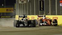 Lewis Hamilton předjíždí Kimiho Räikkönen v závodě v Singapuru