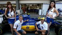 Felipe Nasr a Marcus Ericsson s pitbabes  v Singapuru