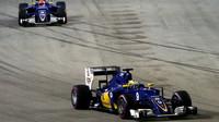 Marcus Ericsson a Felipe Nasr v závodě v Singapuru