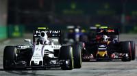 Valtteri Bottas a Carlos Sainz v závodě v Singapuru