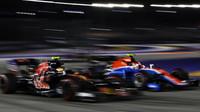 Carlos Sainz a Esteba Ocon při předjíždění v závodě v Singapuru