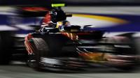Carlos Sainz v závodě v Singapuru