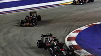 Fernando Alonso před vozy Toro Rosso v závodě v Singapuru