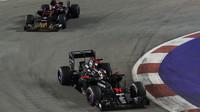 Fernando Alosno a Daniil Kvjat v závodě v Singapuru