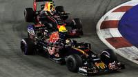 Carlos Sainz a Max Verstappen v závodě v Singapuru