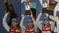 Lucas Di Grassi, Loic Duval a Oliver Jarvis z týmu Audi Sport Team Joest na pódiu v Austinu