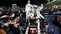 Brendon Hartley, Mark Webber a Timo Bernhard se radují bezprostředně po vítězství v Austinu
