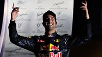 Daniel Ricciardo slaví na pódiu po závodě v Singapuru