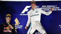 Daniel Ricciardo a Nico Rosberg na pódiu po závodě v Singapuru