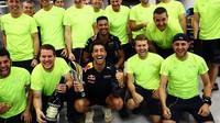 Daniel Ricciardo slaví se svými mechaniky po závodě v Singapuru