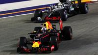 Daniel Ricciardo a Lewis Hamilton v závodě v Singapuru