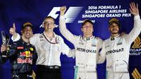 Vítězové na pódiu po závodě v Singapuru