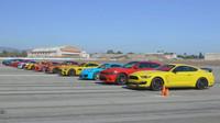 Dvanáct nejlepších sportovních vozů se utkalo na letištní dráze ve sprintu. Kdo to úplně projel? - anotační foto