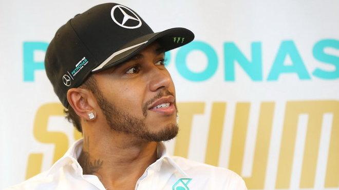 Hamilton si pohrál se soupeři, Rosberg nenašel v třetím tréninku odpověď - anotační foto