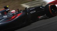 Jenson Button při pátečním tréninku v Malajsii