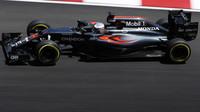 Fernando Alonso při pátečním tréninku v Malajsii