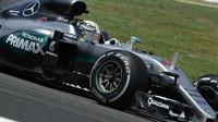 Lewis Hamilton při pátečním tréninku v Malajsii
