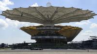FOTO: Pátek v Malajsii - Mercedes ostatním ukazuje na rozpáleném asfaltu záda - anotační foto