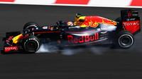 Max Verstappen prudce brzdí při pátečním tréninku v Malajsii