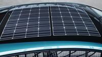 Toyota Prius je prvním masově vyráběným vozem s technologií dobíjení baterií ze solárních článků na střeše