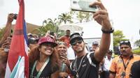 Lewis Hamilton s fanoušky v Malajsii