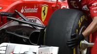 Výměna pneumatik u týmu Ferrari v kvalifikaci v Malajsii