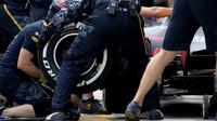 Výměna pneumatik u týmu Red Bull v kvalifikaci v Malajsii