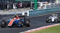 Esteban Ocon a Valtteri Bottas v závodě v Malajsii