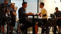 Jenson Button při rozhovoru s Markem Webberem v Malajsii