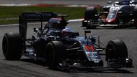 Fernando Alonso po předjetí Romaina Grosjeana