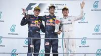 Tři nejlepší jezdi na pódiu po závodě v Malajsii