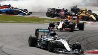 Lewis Hamilton po startu závodu v Malajsii