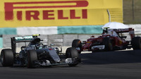 Nico Rosberg a Kimi Räikkönen v závodě v Malajsii