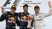 Tři nejlepší jezdci na pódiu po závodě v Malajsii