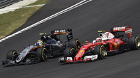 Sergio Pérez a Kimi Räikkönen v závodě v Malajsii
