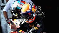 Max Verstappen gratuluje týmovému kolegovi a Danielovi Ricciardovi k vítězství po závodě v Malajsii