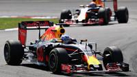 Daniel Riccciardo a Max Verstappen v závodě v Malajsii