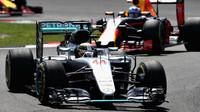 Lewis Hamilton před Danielem Riccciardem v závodě v Malajsii